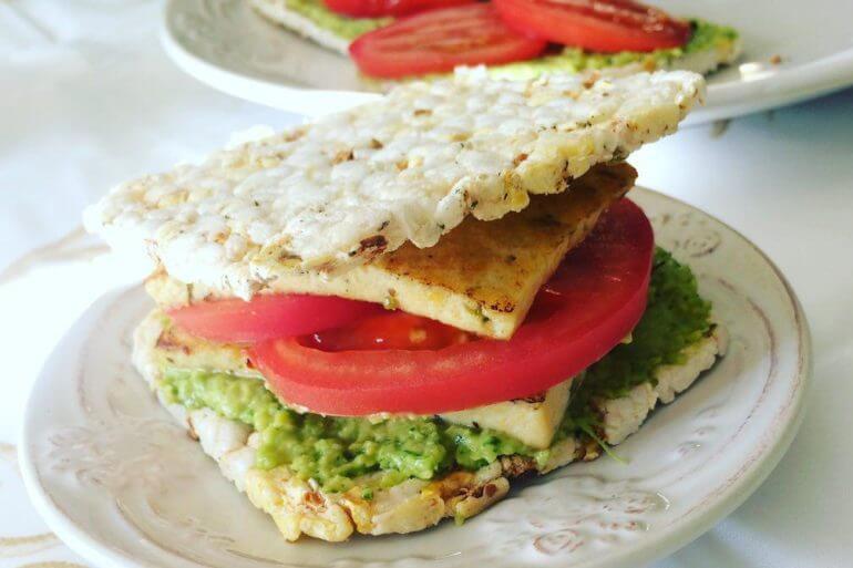 Сэндвичи с авокадо и румяным тофу