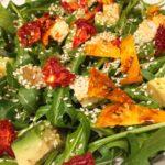 Яркий салат из рукколы и сушеных томатов