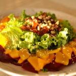 Салат с теплой тыквой и финиками